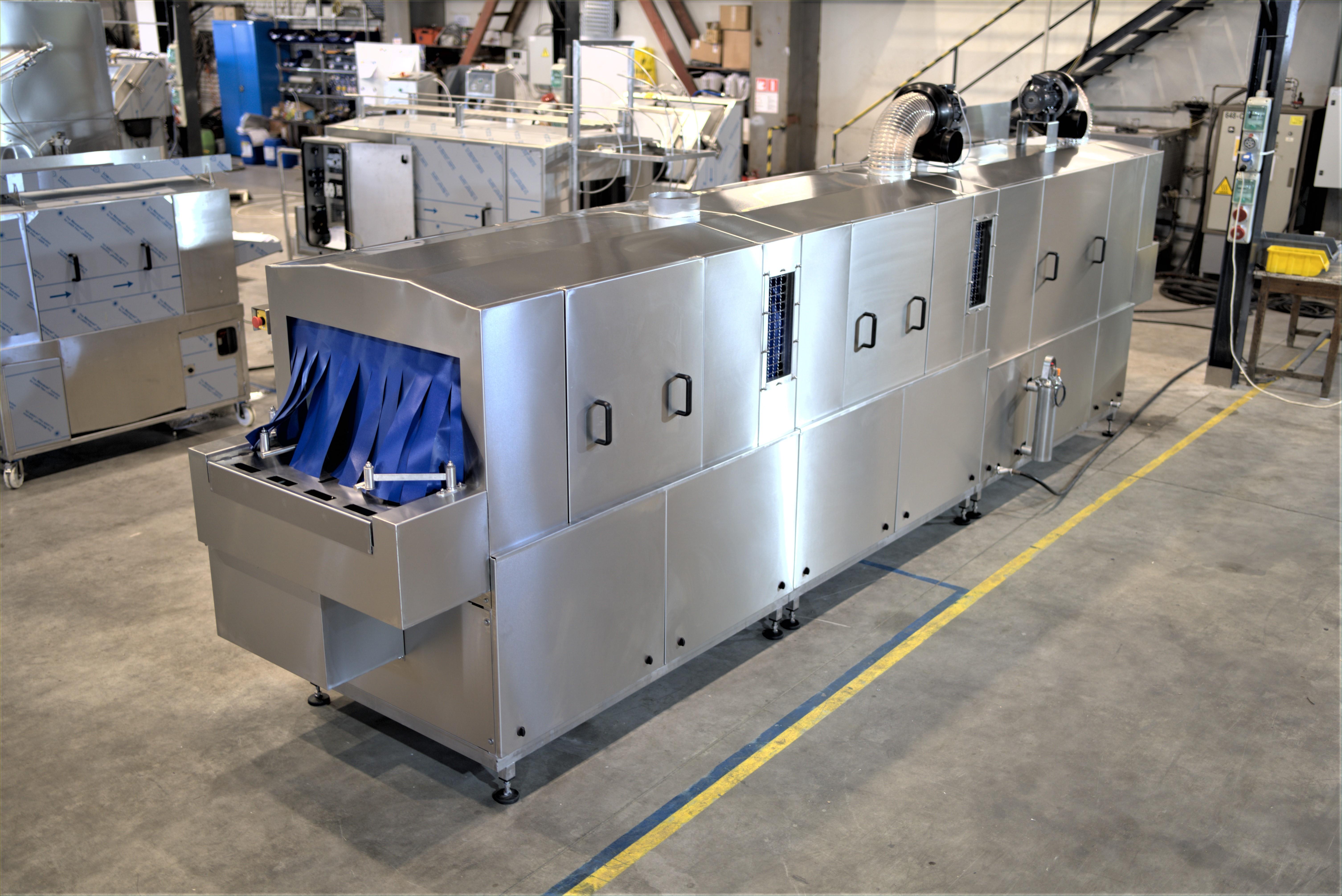 Проходна миячна машина, която постига ниско ниво на остатъчна влага на измитите касетки (видео)